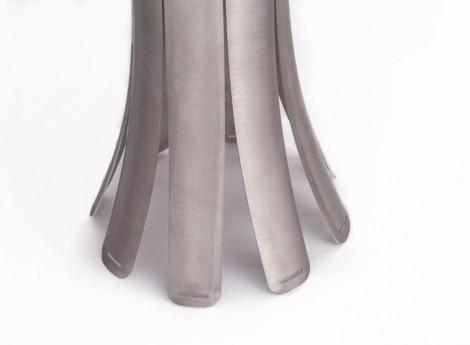 Un particolare della base, i fori sono per un rivestimento in cuoio che eviti che la lampada rovini le superfici dove viene appoggiata